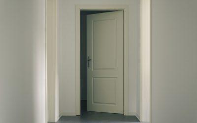 Jakie drzwi wewnętrzne wybrać do mieszkania?